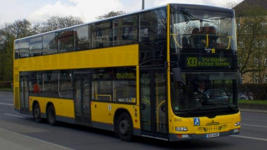 Bus X33 am Rathaus Spandau0