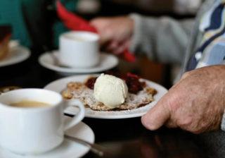 Kaffee & Kuchen und Waffeln