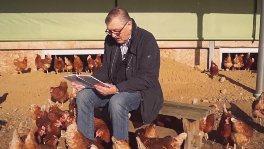 Klaus Hansen liest auf dem Hühnerhof
