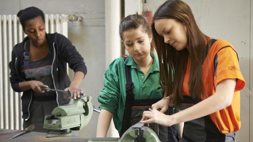 Mädchen in der Ausbildung bei Ford