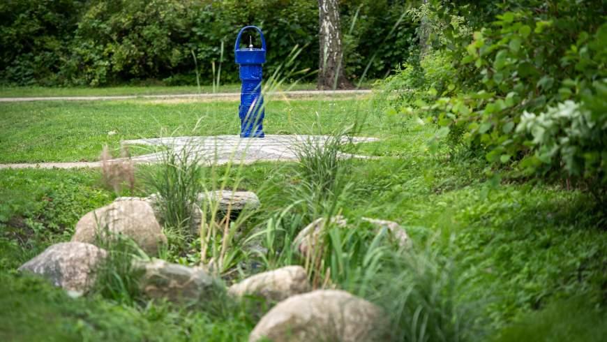 Trinkbrunnen mit Überlauf und Mulden-Rigole - Foto: © Benjamin Pritzkuleit, Berliner Wasserbetriebe
