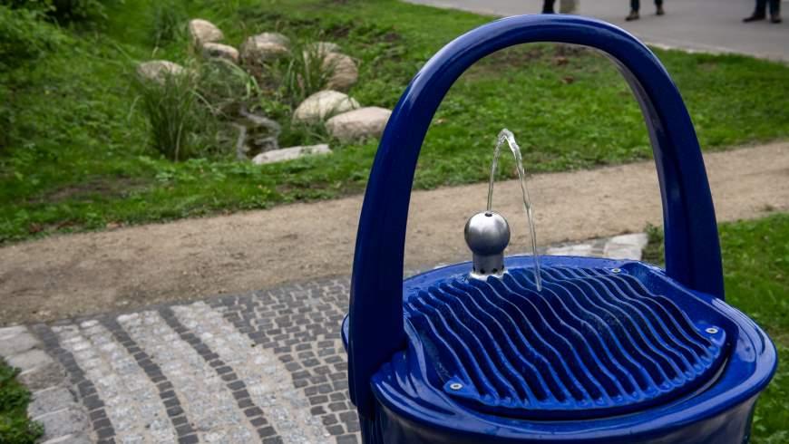 Detail: Trinkbrunnen - im Hintergrund die Mulden-Rigole - Foto: © Benjamin Pritzkuleit, Berliner Wasserbetriebe